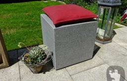 Sitzwürfel aus Buntgranit