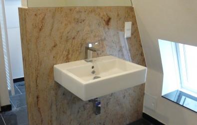 Waschbecken mit Steinrückwand