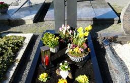 Grabanlage mit zweiteiligem Grabstein