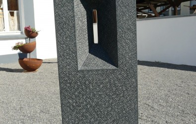 Grabstein mit Einschnitt