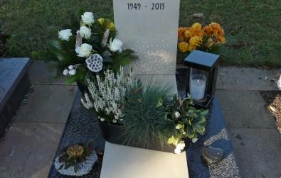 Urnengrab aus zwei verschiedenen Natursteinen