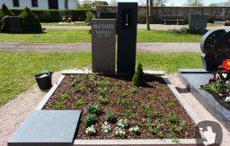 Ein Doppelgrab aus verschiedenen Materialien